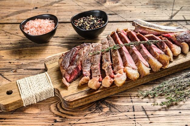 Entrecôte sur l'os avec sel et poivre. viande de boeuf grillée.