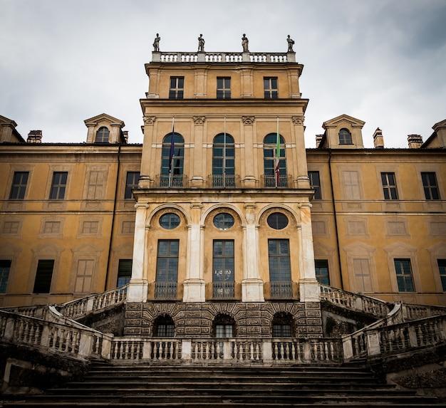Entrée d'un ancien palais italien semi-abandonné à turin, italie du nord