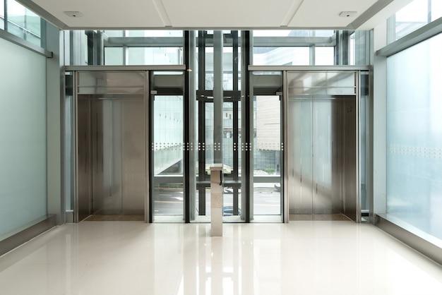 L'entrée de l'ascenseur est dans le centre commercial