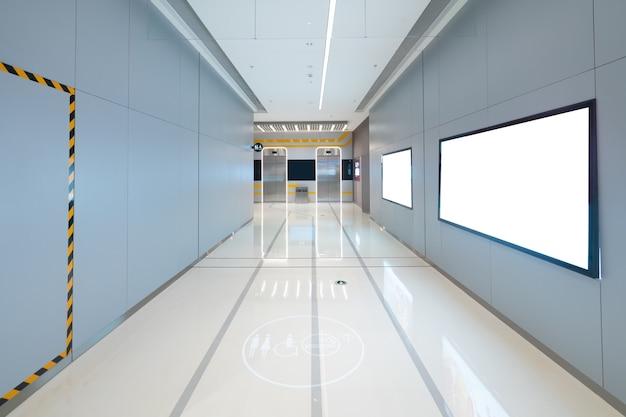L'entrée de l'ascenseur se trouve dans le centre commercial