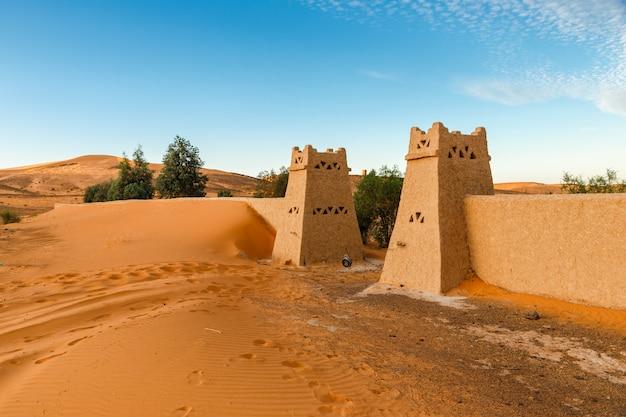 Entrée d'un camp berbère dans le désert du sahara, maroc
