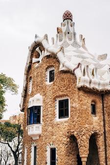 L'entrée centrale du parc guell à barcelone maisons en pain d'épice poste de garde gaucher