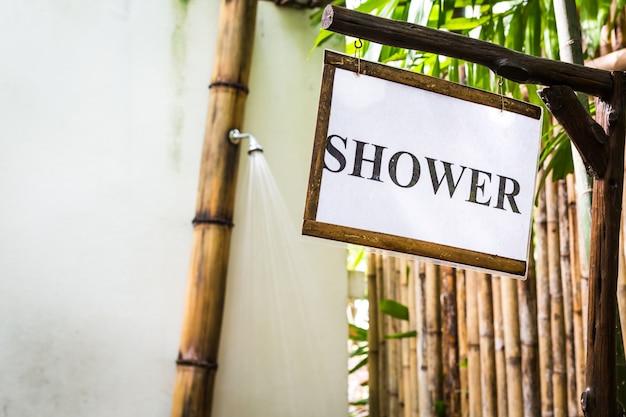 Entrée d'une douche en bambou