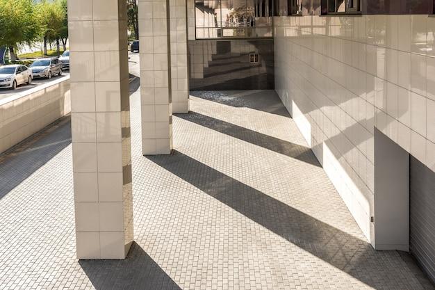 Entrée du parking souterrain d'un immeuble de bureaux mode de vie urbain