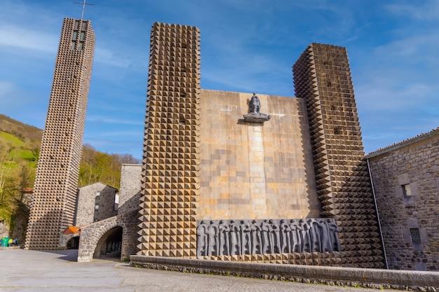 Entrée du précieux sanctuaire d'aranzazu dans la ville d'oñati, gipuzkoa. pays basque. sites emblématiques du pays basque