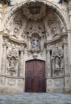 Entrée de l'église en pays basque