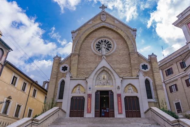 Entrée de l'église de saint alphonse liguori à rome, italie