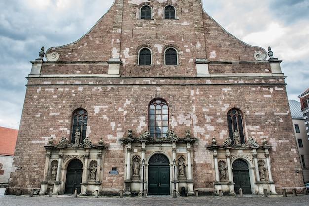 Entrée des églises saint-pierre. riga, lettonie