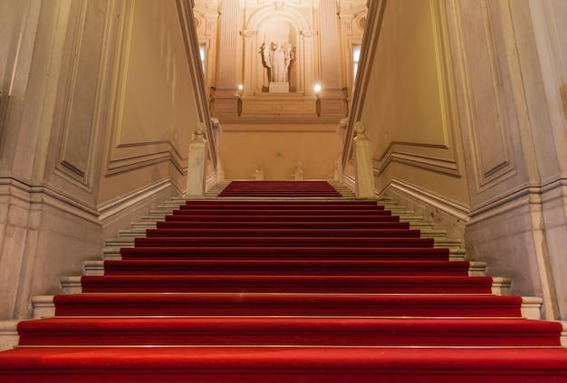 Entrée élégante dans un ancien palais italien.