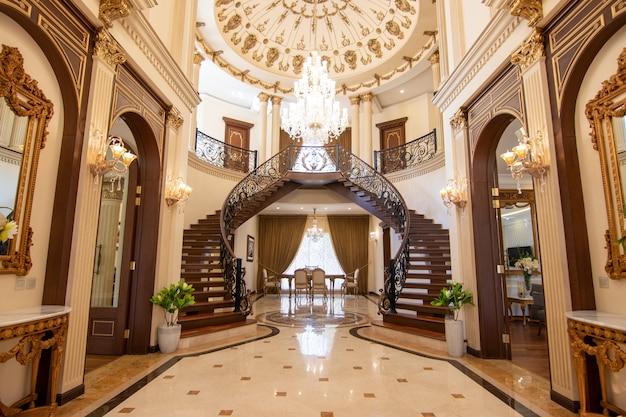Entrée de maison moderne et de luxe avec escalier