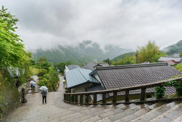 L'entrée principale du temple seigantoji et de beaux paysages brumeux en arrière-plan japon
