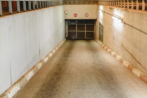 Entrée en rampe vers un parking souterrain.