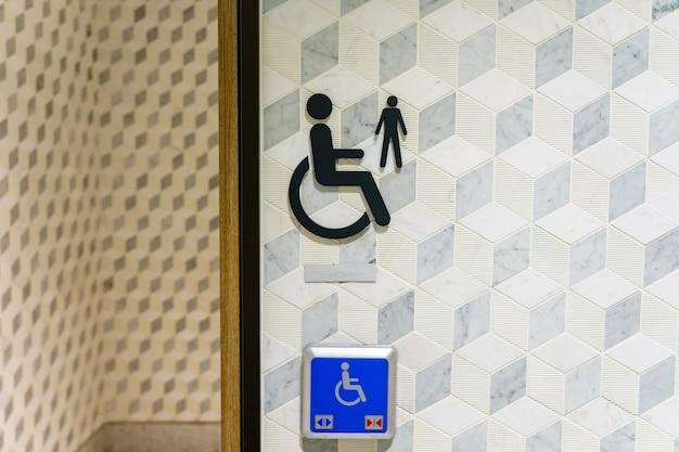 Entrée salle de bain / toilettes pour handicapés en public