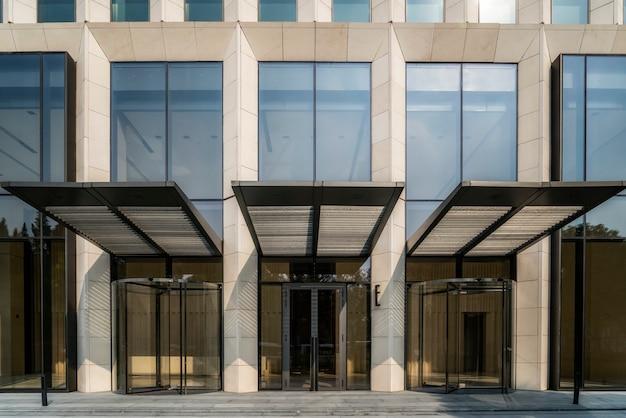 Entrée et sortie de l'immeuble de bureaux à shanghai financial district plaza