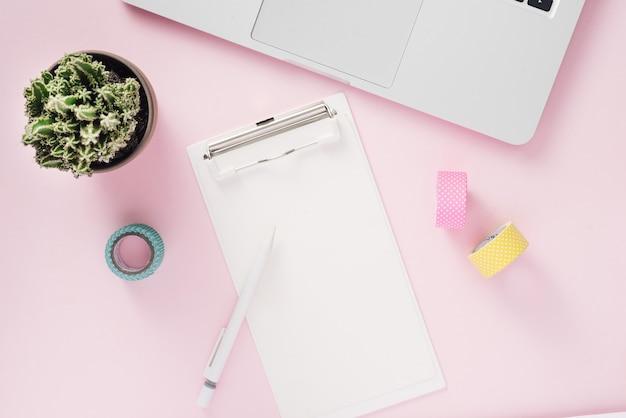 Entrée de l'université avec cahier et stylo sur maquette vue de dessus de bureau rose