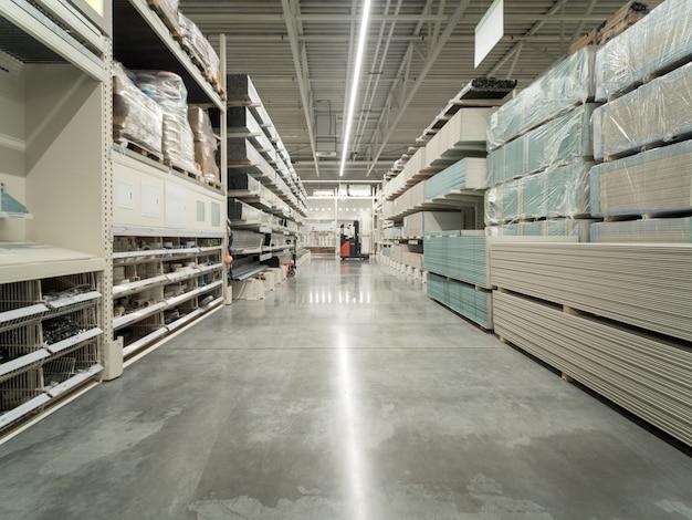 Entrepôt allée de matériaux de construction en magasin industiral