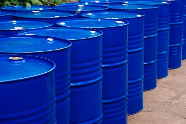 Entrepôt de barils dans l'entrepôt technologique. huiles minérales