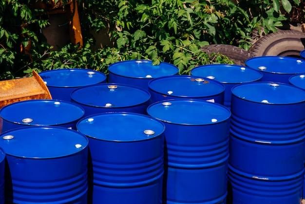 Entrepôt de barils dans l'entrepôt technologique. huiles minérales.