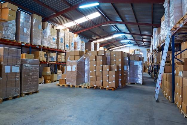 Entrepôt avec des boîtes empilées en rangées