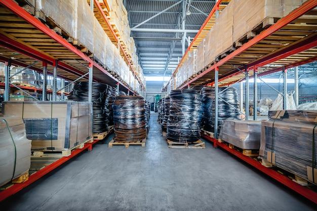 Entrepôt des entreprises industrielles et logistiques. tuyau en plastique enroulé. tonifier l'image.