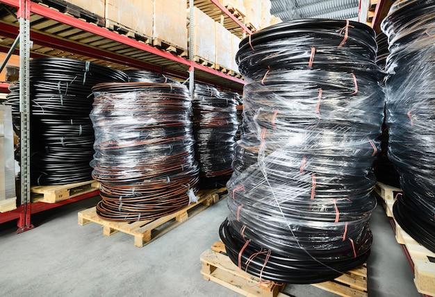 Entrepôt des entreprises industrielles et logistiques. tuyau en plastique enroulé.