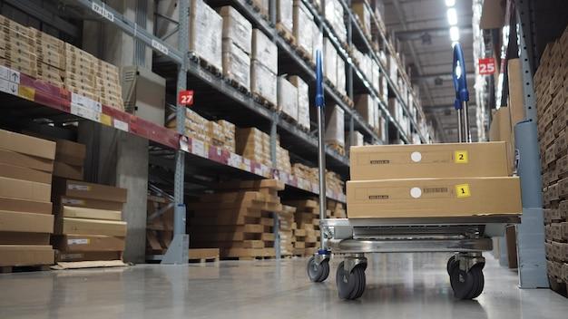 Entrepôt grand stockage ou cargaison pour la distribution.