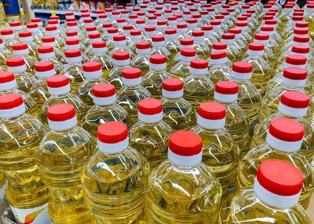 Entrepôt d'huile de tournesol gros plan dans un supermarché. végétarisme, alimentation saine.