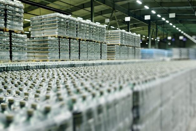 Entrepôt industriel alimentaire pour le stockage et le stockage de tétrapacks avec boissons, eau, bière dans des bouteilles en plastique pet.