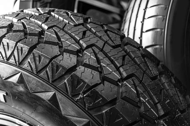 Entrepôt, magasin de pneus de différentes tailles