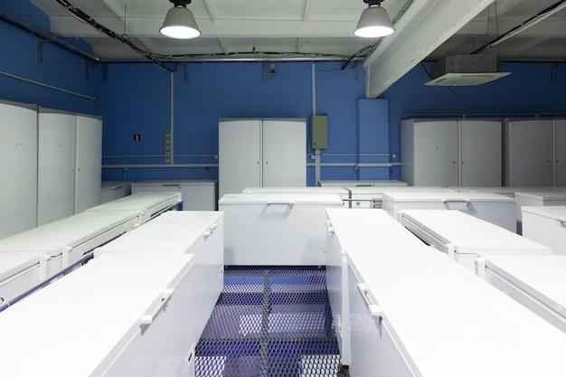 Entrepôt avec réfrigérateurs blancs