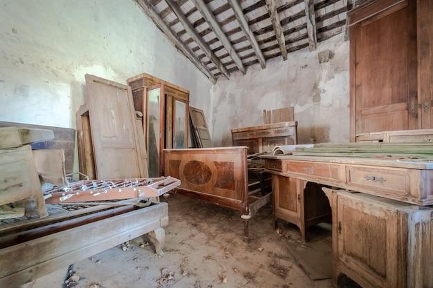 Entrepôt avec vieux meubles stockés