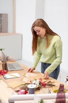 Entrepreneur d'affaires personne lisant des dépliants de vente de printemps