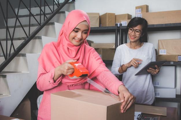 Entrepreneur de commerce électronique prépare le produit