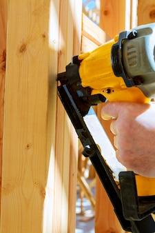 Entrepreneur en construction mettant en place une cloison de mur intérieur