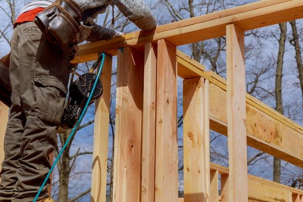 Entrepreneur encadrant une section de mur pour une maison sur mesure