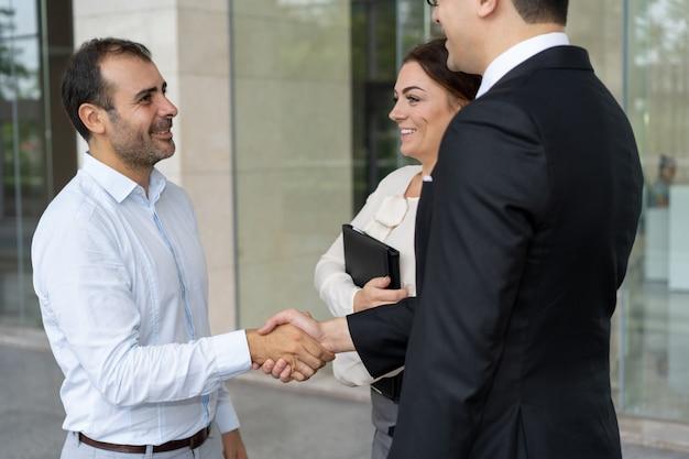 Entrepreneur joyeux saluant le nouveau partenaire commercial