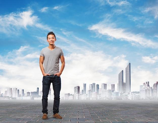 Entrepreneur occasionnel avec la ville de fond