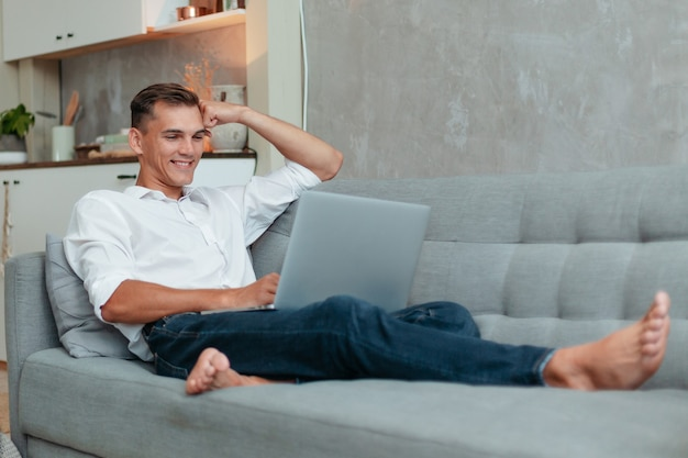 Entrepreneur parlant sur son smartphone.la vie domestique.
