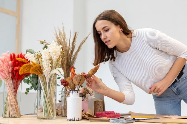Entrepreneur de petite entreprise personne qui sent les fleurs