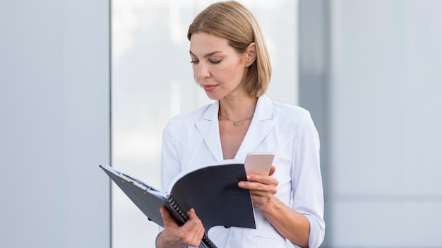 Entrepreneur de plan moyen regardant fichier