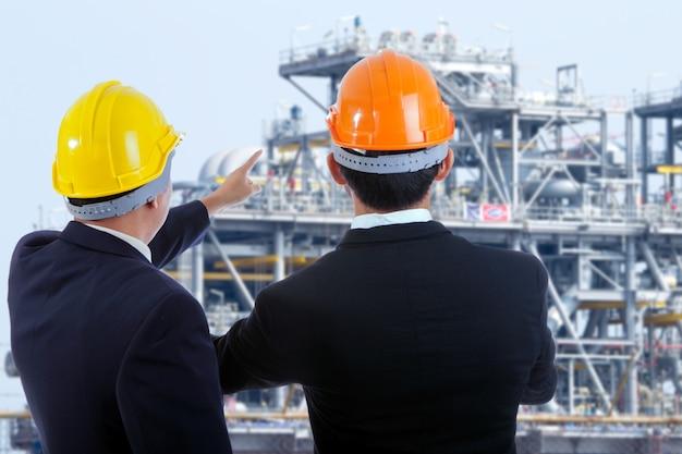 Entrepreneur se serrant la main sur le chantier.
