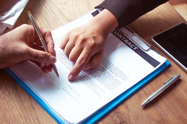 Entrepreneur signe un contrat de travail construire une nouvelle maison, des stylos à contrat pour les nouveaux projecteurs
