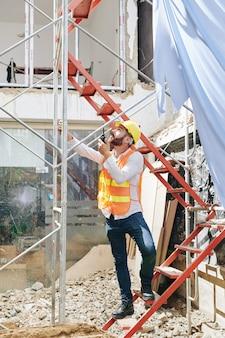 Entrepreneur sur site de construction