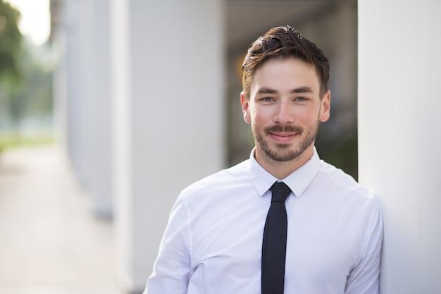 Entrepreneur souriant posant pour caméra