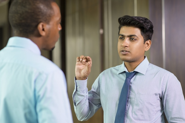 Entrepreneur à succès donnant des conseils à un collègue