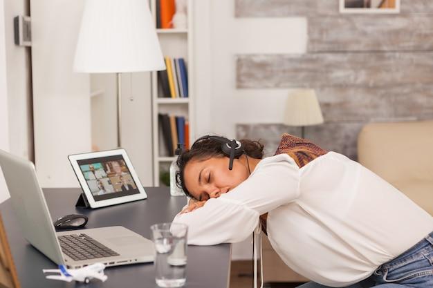 Entrepreneur surmené au bureau lors d'un appel vidéo sur tablette.