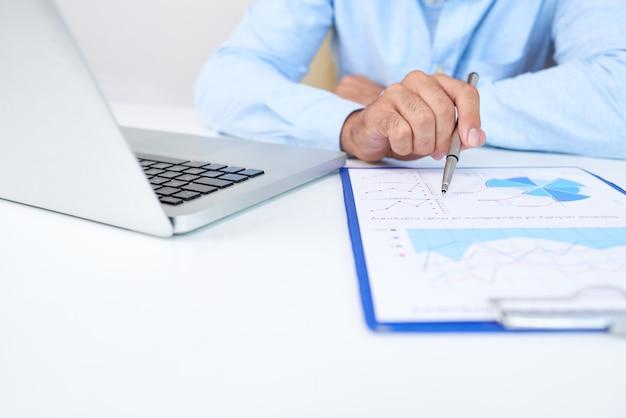 Entrepreneur travaillant avec un document
