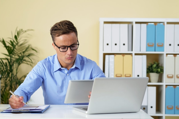 Entrepreneur travaillant