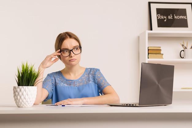 Entrepreneur triste et inquiet travaillant en ligne avec un ordinateur portable dans un bureau ou à la maison