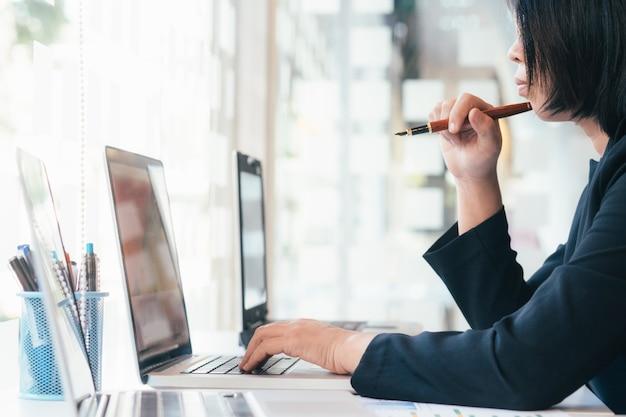Entrepreneur utilisant un ordinateur portable pour analyser une solution d'entreprise.